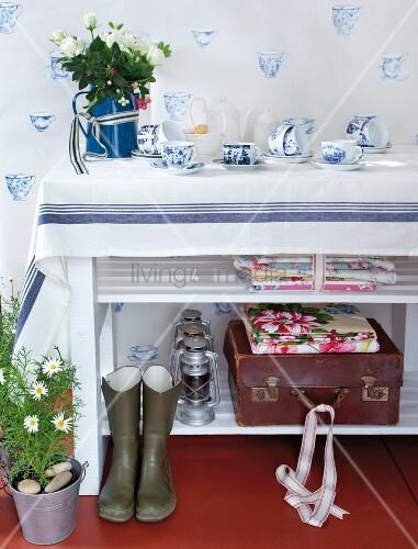 klassisches blau weisses geschirr auf einem regal und als. Black Bedroom Furniture Sets. Home Design Ideas