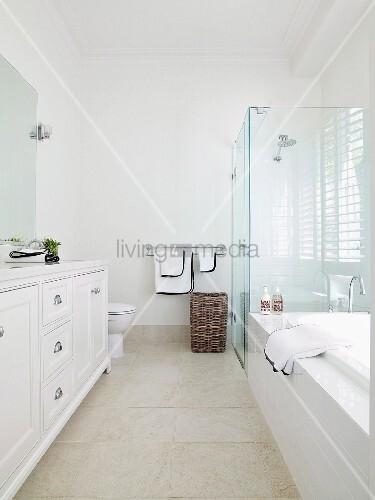 Hohes badezimmer im eleganten wei en landhausstil mit for Geflieste badezimmer
