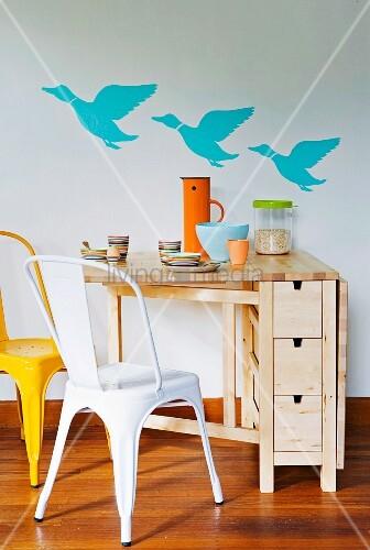 aufklappbarer platzsparender tisch aus holz mit kleinen schubladen an der wand drei fliegende. Black Bedroom Furniture Sets. Home Design Ideas