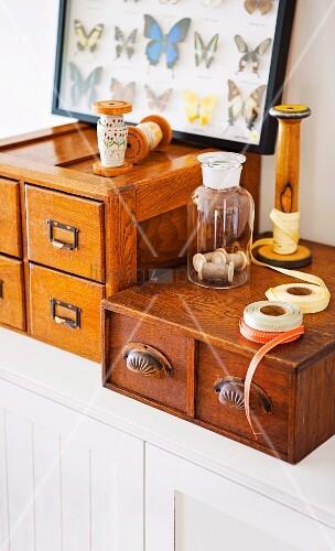 vintage schubladenk stchen zur aufbewahrung von n hutensilien darauf eine. Black Bedroom Furniture Sets. Home Design Ideas