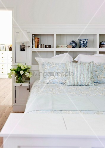 integiertes wei es einbauregal hinter doppelbett bild kaufen living4media. Black Bedroom Furniture Sets. Home Design Ideas