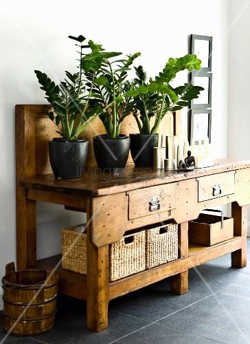 blument pfe auf rustikalem holz konsolentisch mit. Black Bedroom Furniture Sets. Home Design Ideas