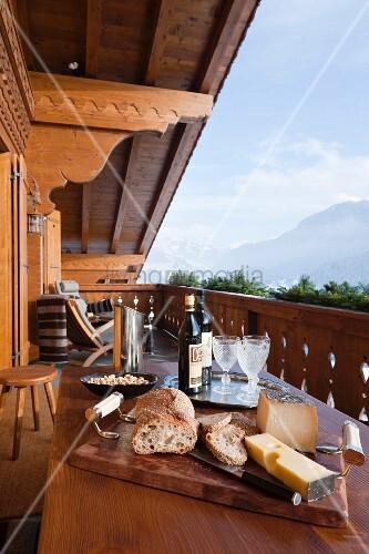 Holztisch mit brotzeit auf balkon eines chalets mit blick for Innendesigner schweiz