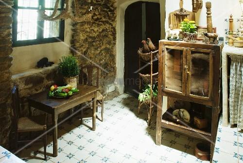 Schlichter küchentisch mit stühlen am fenster und alter ...