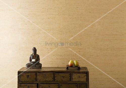 kleine buddha figur mit kerze und ablage mit zwei birnen. Black Bedroom Furniture Sets. Home Design Ideas