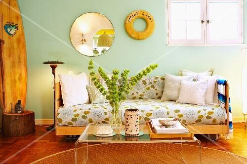 holzsofa auf rollen und couchtisch aus plexiglas in wohnzimmer mit deko stilmix bild kaufen. Black Bedroom Furniture Sets. Home Design Ideas
