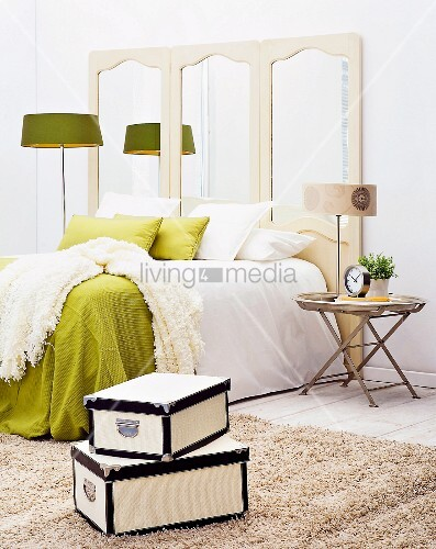 bequemes schlafzimmer in gr n und weiss bild kaufen living4media. Black Bedroom Furniture Sets. Home Design Ideas