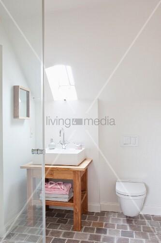 wandtoilette unter der dachschr ge mit kleinem lichtfenster und darunter stehendem. Black Bedroom Furniture Sets. Home Design Ideas