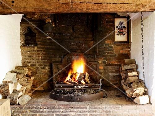 Feuer zwischen lagerholz in offenem kamin bild kaufen for Innendesigner schweiz