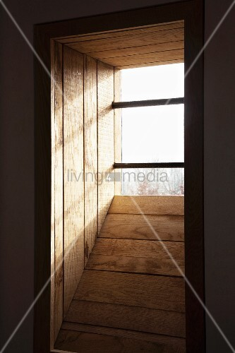 holzverschalte fensternische und gitterst be vor fenster bild kaufen living4media. Black Bedroom Furniture Sets. Home Design Ideas