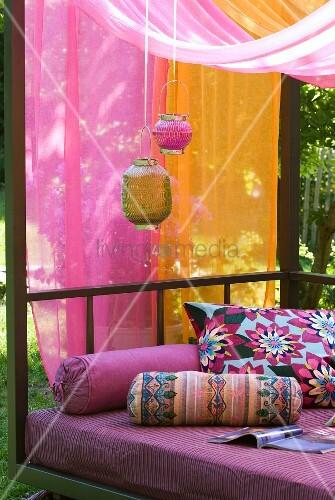 lampions vor t chern in pink und orange bunte nackenrollen und kissen als exotische dekoration. Black Bedroom Furniture Sets. Home Design Ideas
