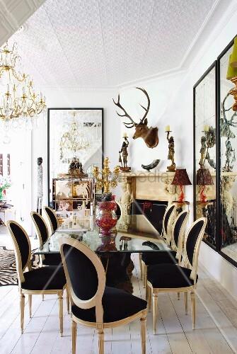postmoderne st hle an spiegeltisch in esszimmer mit hirschgeweih und umfangreicher dekosammlung. Black Bedroom Furniture Sets. Home Design Ideas