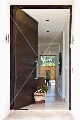 Geöffnete haustür  Blick auf geöffnete Haustür & langgestreckten Flurbereich – Bild ...