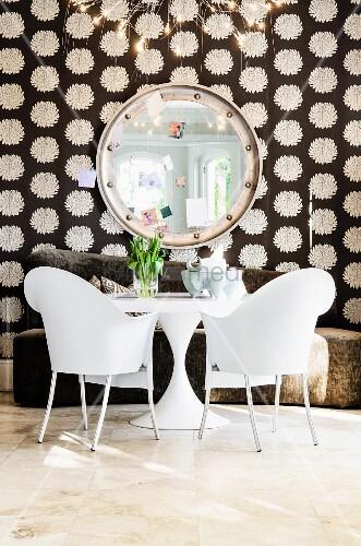 weisse kunststoffst hle phillipe starck mit weissem bistrotisch vor braunem sofa und. Black Bedroom Furniture Sets. Home Design Ideas
