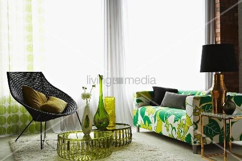 flowerpower sofa retro korbstuhl und runde beistelltische. Black Bedroom Furniture Sets. Home Design Ideas