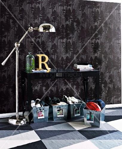 flurbereich mit individuellen aufbewahrungsboxen aus. Black Bedroom Furniture Sets. Home Design Ideas