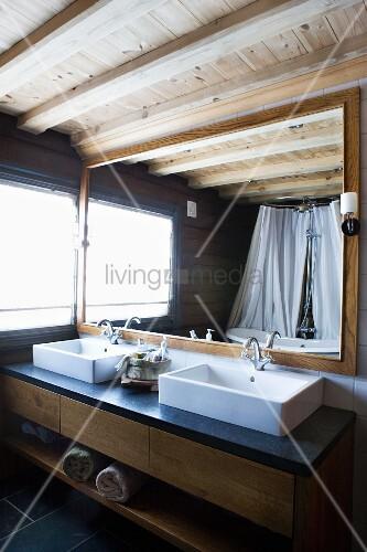 moderner waschtisch mit zwei becken vor gerahmtem spiegel im badezimmer mit rustikal modernem. Black Bedroom Furniture Sets. Home Design Ideas