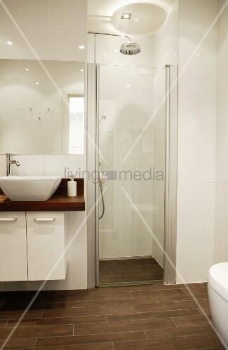 modernes designerbad mit abgetrenntem duschbereich in weiss mit braunen bodenfliesen bild. Black Bedroom Furniture Sets. Home Design Ideas