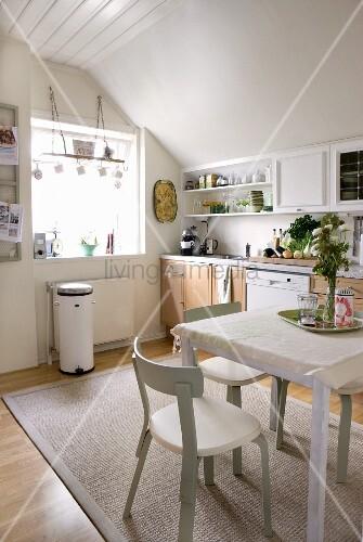 helle wohnk che in weiss mit naturholzfronten und skandinavischen stuhlklassikern bild kaufen. Black Bedroom Furniture Sets. Home Design Ideas