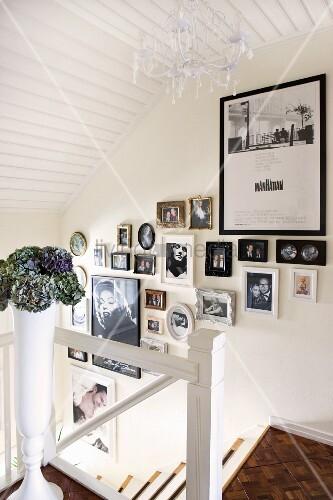 fotogalerie an treppenaufgang mit weiss lackiertem holz und