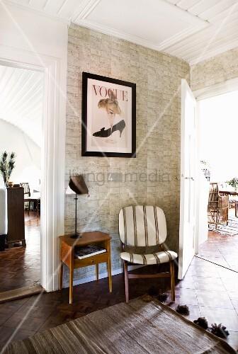 tapete mit natursteindesign hinter stuhl und telefontisch im retrostil wohnraumdiele mit blick. Black Bedroom Furniture Sets. Home Design Ideas