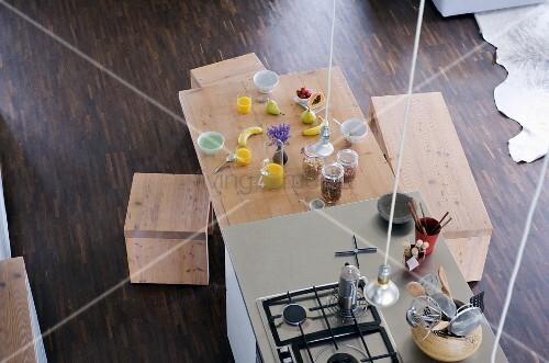 blick von oben auf freistehenden k chenblock und esstisch mit fr hst cksgedecken bild kaufen. Black Bedroom Furniture Sets. Home Design Ideas