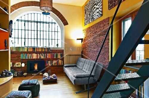 loft hnlicher wohnraum mit halbhohem regal unter. Black Bedroom Furniture Sets. Home Design Ideas