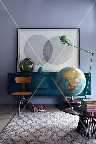 runder couchtisch mit globus und tischlampe alter drehstuhl und sideboard in einem zimmer. Black Bedroom Furniture Sets. Home Design Ideas