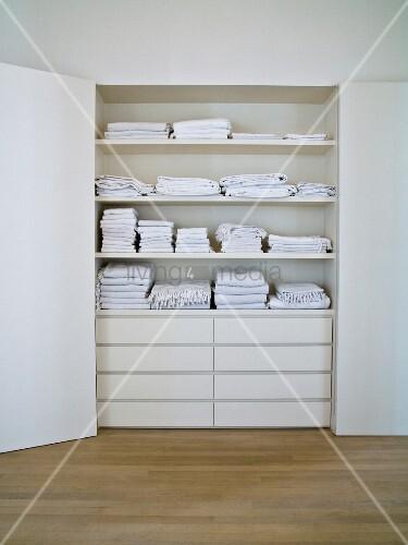 offener weisser schrank in wandnische und blick auf. Black Bedroom Furniture Sets. Home Design Ideas