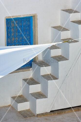 gemauerte sambatreppe vor blauem schmiedeeisernem. Black Bedroom Furniture Sets. Home Design Ideas