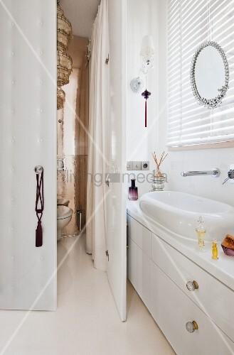 Schmaler waschtisch mit breiten schubladen unter einem for Schmaler waschtisch
