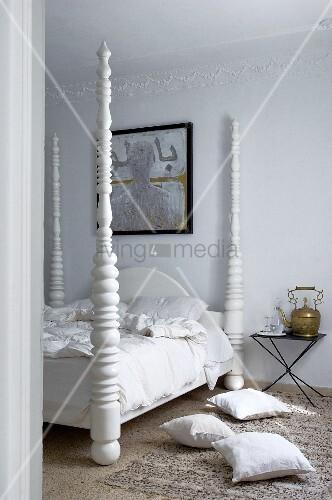 kissen auf teppichboden vor bett mit weiss lackierten gedrechselten bett s ulen bild kaufen. Black Bedroom Furniture Sets. Home Design Ideas