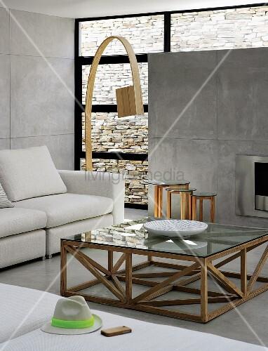 Couchtisch mit holzgestell vor sofa und designer bogenlampe aus holz in zeitgen ssischem Hundeurin aus sofa entfernen