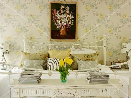 romantisches schlafzimmer mit nachttischchen blumentapete und blumenbild bild kaufen. Black Bedroom Furniture Sets. Home Design Ideas