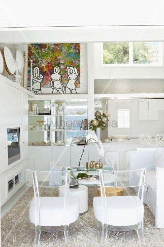 transparente kunststoff st hle mit weissen sitzpolstern auf flokatiartigem teppich vor. Black Bedroom Furniture Sets. Home Design Ideas