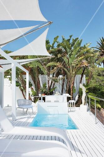 designer sonnenliegen auf weisser terrasse unter. Black Bedroom Furniture Sets. Home Design Ideas