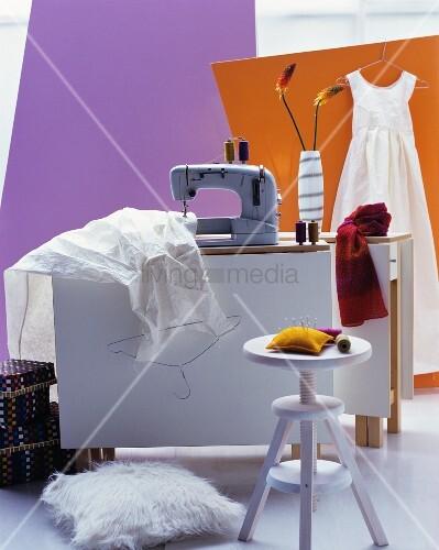 n hmaschine n huntensilien kleider auf modernem. Black Bedroom Furniture Sets. Home Design Ideas