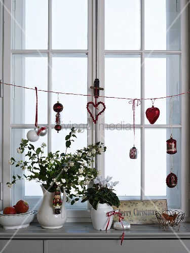 blumen in vintage vasen auf fensterbrett mit weihnachtsdekoration bild kaufen living4media. Black Bedroom Furniture Sets. Home Design Ideas