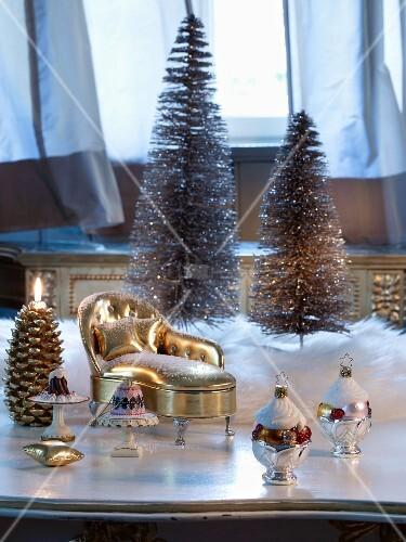 weihnachtsdeko zum aufh ngen und vergoldeter miniatur chaiselongue vor deko tannenb umchen. Black Bedroom Furniture Sets. Home Design Ideas