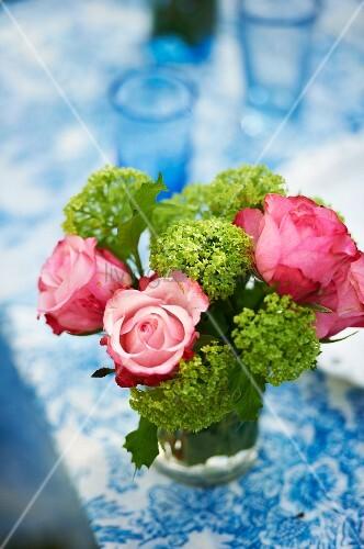 blumenstrauss zum muttertag mit rosen und hortensien bild kaufen living4media. Black Bedroom Furniture Sets. Home Design Ideas