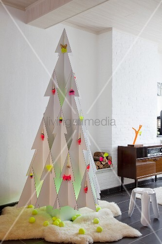 stilisierter weihnachtsbaum aus wei er pappe mit weissem. Black Bedroom Furniture Sets. Home Design Ideas