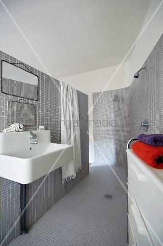 mit grauen mosaikfliesen ausgekleidetes bad ensuite mit offener dusche und waschbecken im. Black Bedroom Furniture Sets. Home Design Ideas
