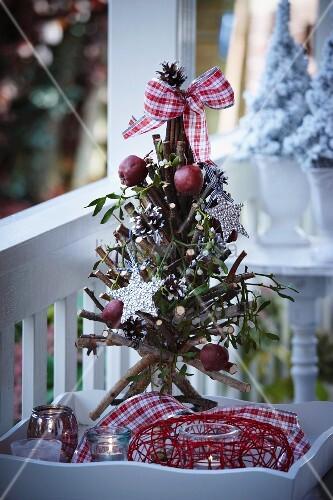 christbaum aus zweigen mit weihnachtsdeko auf einem. Black Bedroom Furniture Sets. Home Design Ideas