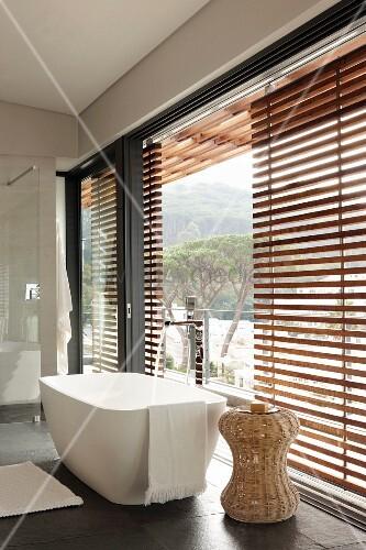 moderne freistehende badewanne und beistelltisch aus. Black Bedroom Furniture Sets. Home Design Ideas
