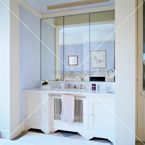 weisser waschtisch und dreiteiliger wandspiegel in nische eines traditionellen bades mit. Black Bedroom Furniture Sets. Home Design Ideas