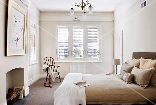 heller schlafzimmer mit stuckleisten und aussenjalousien. Black Bedroom Furniture Sets. Home Design Ideas