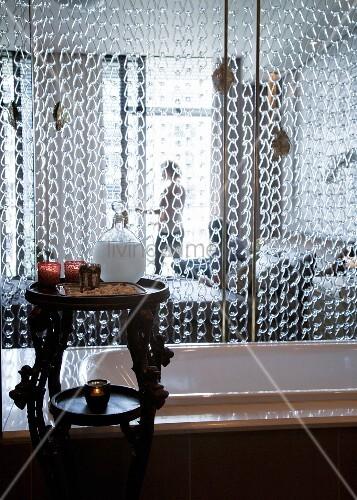 Kettenvorhang hinter badewanne als raumteiler zum for Badewanne schlafzimmer