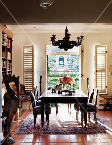 esstisch vor ge ffneter terrassent r mit innenliegenden klappl den stilisierter vogel als. Black Bedroom Furniture Sets. Home Design Ideas
