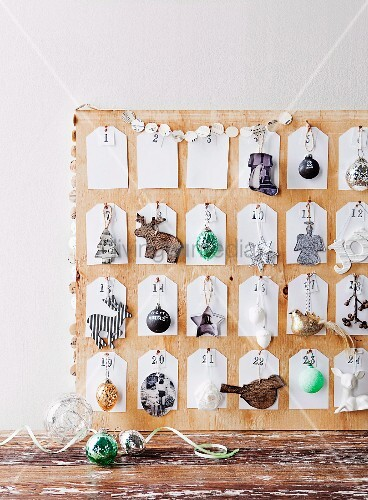 selbstgemachter adventskalender mit weihnachtlichen dekoobjekten bild kaufen living4media. Black Bedroom Furniture Sets. Home Design Ideas