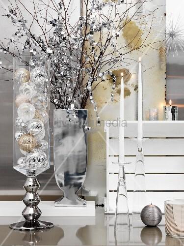 weihnachtskugeln im glasbeh lter silberne vase mit. Black Bedroom Furniture Sets. Home Design Ideas